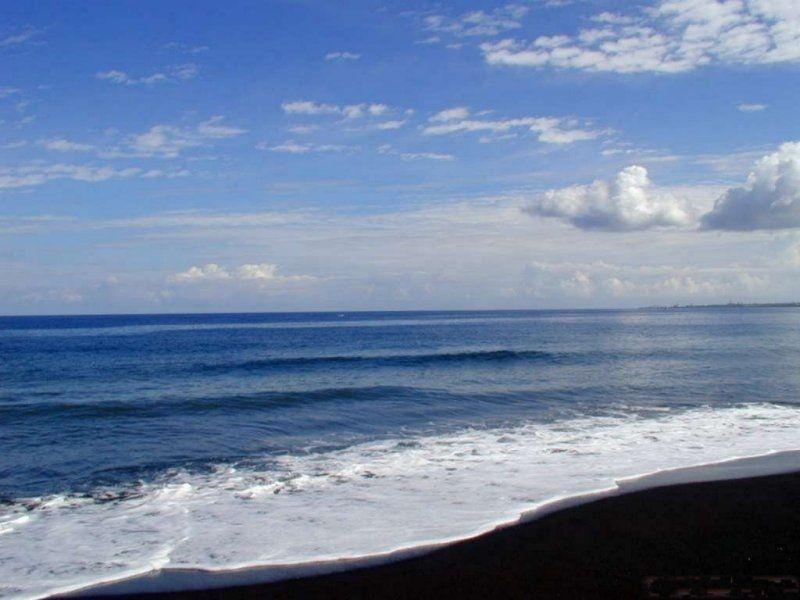 La mer , les vagues , le sable , le ciel bleu